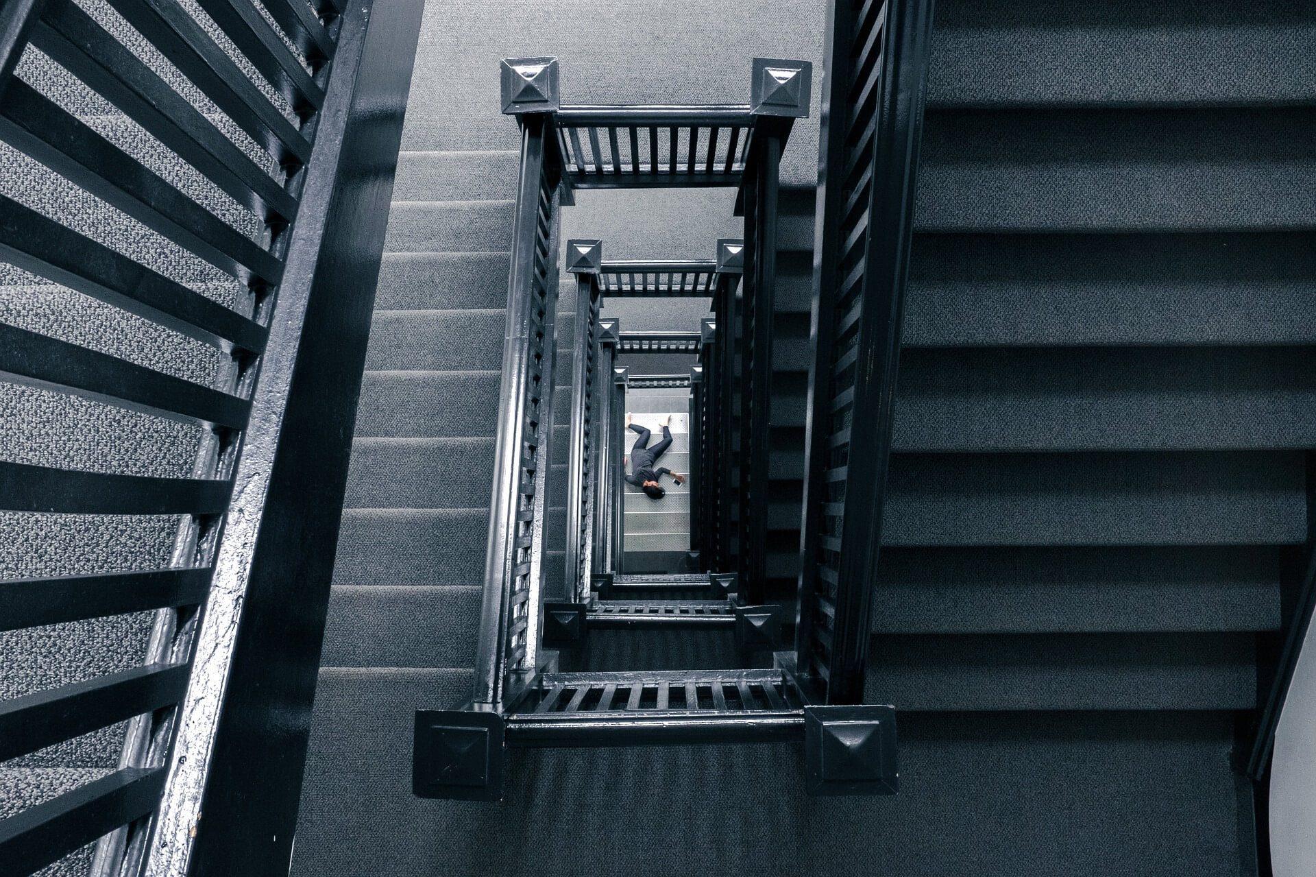 ambiance murder party vue sur un mort du haut d'un escalier