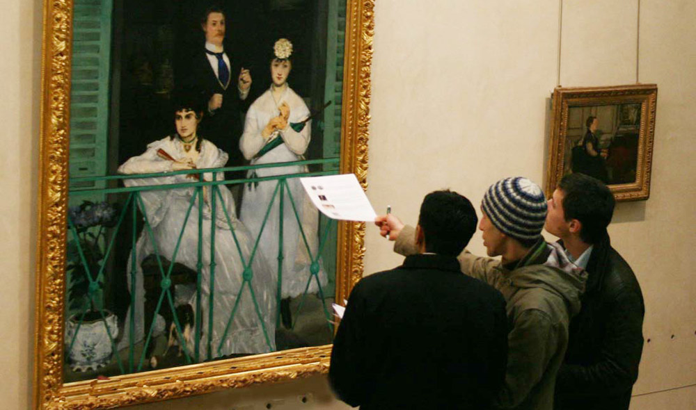 museum enigma a groupe of 3 point to a Manet painting trying to understand the message