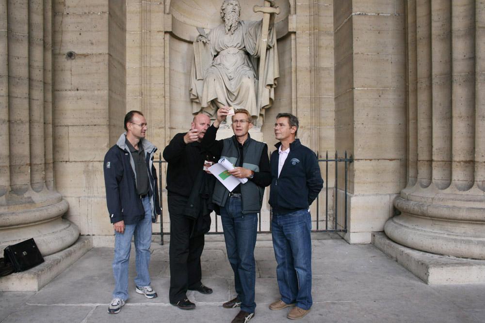 rallye entreprise Louvre une equipe mettent les indices en lumière