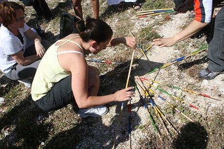 Les Olympiades. Encouragée par son équipe une fille se concentre sur un mikado géant