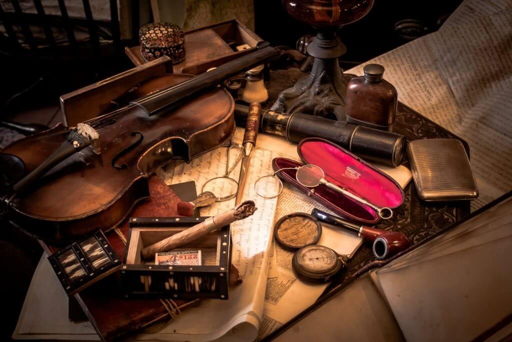 collections d'anciens objets tel qu'un violon, compass, cigar, flacon de whisky
