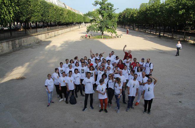 Les participants aux Olympiades sourient pour une photo de groupe aux Tuileries