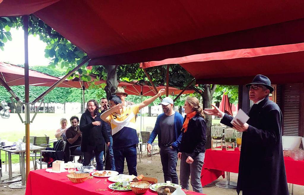 Une équipe fête sa découverte de l'énigme du rallye du Louvre aux jardins des Tuileries
