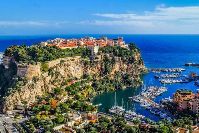 Une vue sur le rocher où déroulent les challenges du rallye Monaco