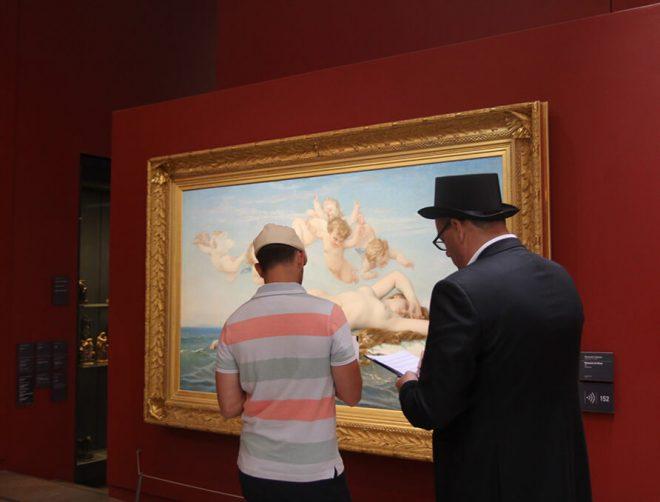 Les suspects cherchent des indices dans un tableau pendant un Rallye au Musée d'Orsay